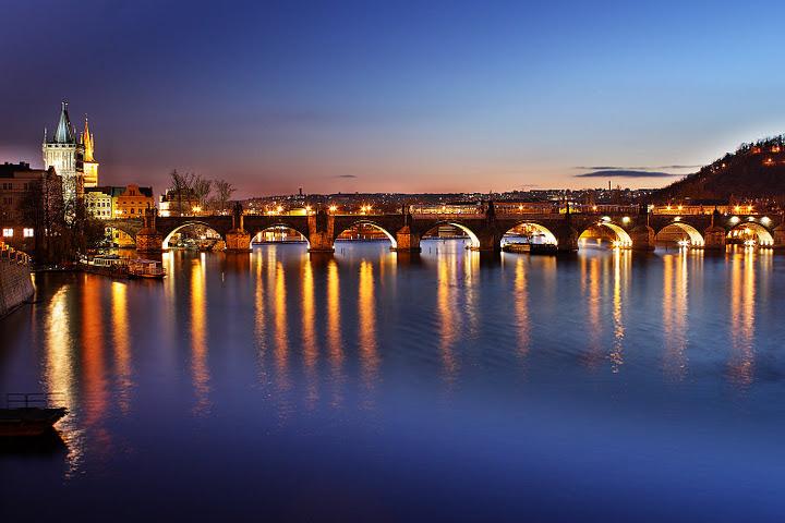 charles-bridge-prague-at-night