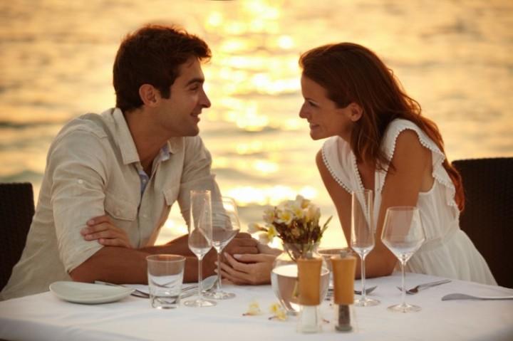 couple-having-dinner-on-the-beach-770x513